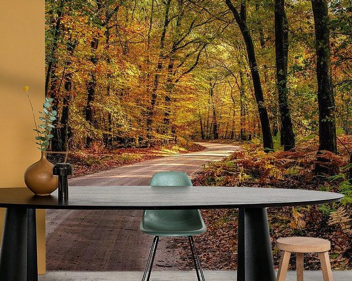 Sfeerimpressie behang: Oranje geel gekleurd herfstbos met zandweg van Fotografiecor .nl