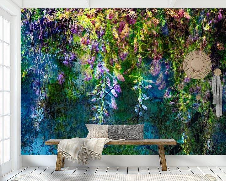 Sfeerimpressie behang: Blauweregen * geinspireerd op een schilderij van Claude Monet van Paula van den Akker