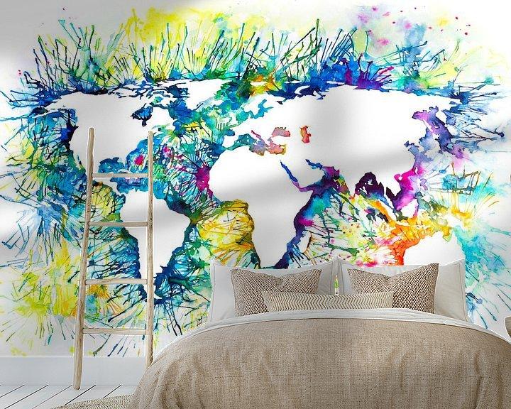 Sfeerimpressie behang: Abstracte Wereldkaart | Aquarel Schilderij van Wereldkaarten.Shop
