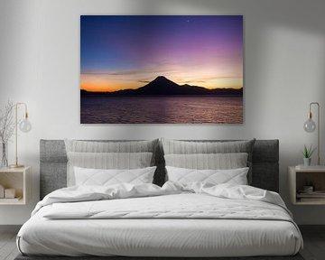 Vulkaan tijdens zonsondergang bij lake Atitlan in Guatemala van Michiel Ton