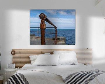 Rampe rouillée au bord de la mer sur Saskia Pasman
