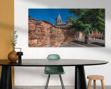 Mauer und Kirche im spanischen Dorf Castro Contrigo von Harrie Muis