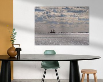 Bateau à voile sur une mer des Wadden argentée sur Arie Jan van Termeij