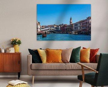Blick auf die Rialto Brücke in Venedig, Italien von Rico Ködder