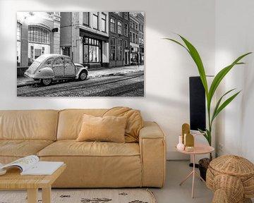 Voiture classique française Citroën 2CV garée sur le côté de la rue dans la vieille ville sur Sjoerd van der Wal