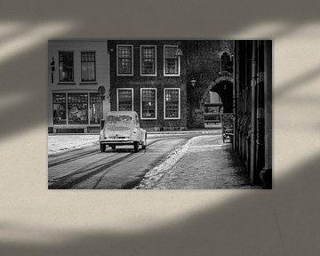 Classique Citroën 2CV française sur une rue enneigée dans la vieille ville. sur Sjoerd van der Wal