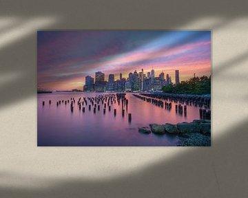 New York City Skyline Roze/ Paars Zonsondergang van Eline Chiara