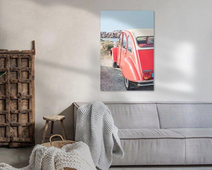Sfeerimpressie: Franse klassieke Citroën 2CV geparkeerd in de duinen in de buurt van het strand in Bretagne, Frankri van Sjoerd van der Wal