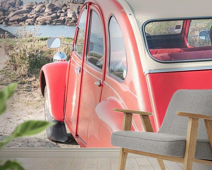 Sfeerimpressie behang: Franse klassieke Citroën 2CV geparkeerd in de duinen in de buurt van het strand in Bretagne, Frankri van Sjoerd van der Wal