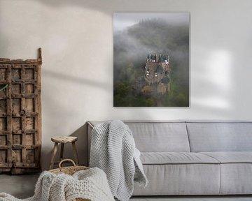 Burg Eltz in de mist in Duitsland van Jos Pannekoek
