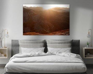 Wandelen in de bergen in de warme zon met tegenlicht over de bergtoppen van Hidde Hageman