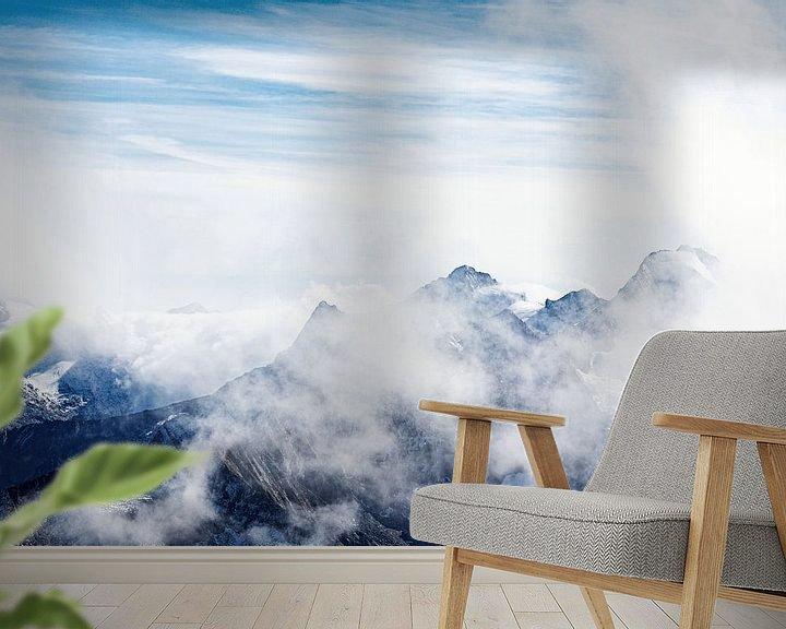 Sfeerimpressie behang: Hoge bergen steken door de wolken in de Oostenrijkse alpen van Hidde Hageman