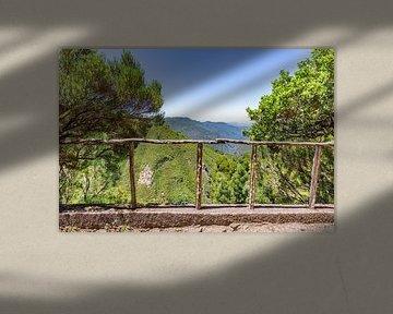 Landschap met bergen en vallei in Portugal van Ben Schonewille