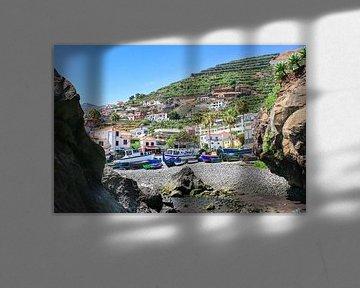 Landschaft in Portugal mit Fischerbooten und Dorf am Berg von Ben Schonewille