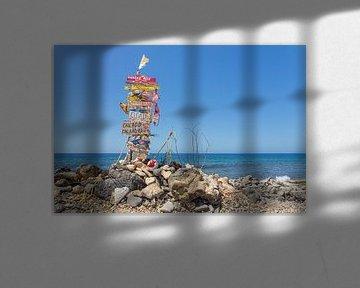 Landschap verkeersbord met plaatsnamen aan kust van Bonaire van Ben Schonewille