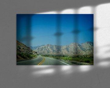 Bochtige weg langs de California state route 178 van Arjen van de Belt