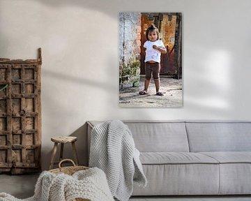 Meisje bij bruin-oranje poort, Bolivia van Monique Tekstra-van Lochem