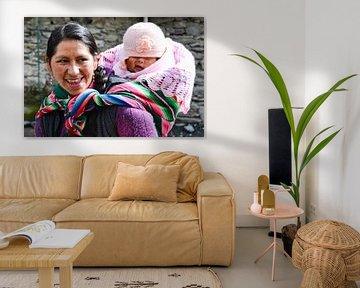 Boliviaanse vrouw met kind op rug in kleurige doek van Monique Tekstra-van Lochem