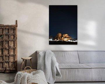 Wadi Rum Jordan op een sterrenhemel in Jordanië van Robert Styppa