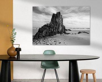 Basaltsteine im Sand - schwarz-weiß von Lianne van Dijk