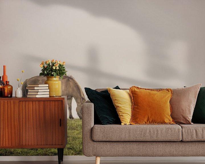 Sfeerimpressie behang: Grazend Konikpaard van Gilbert Schroevers