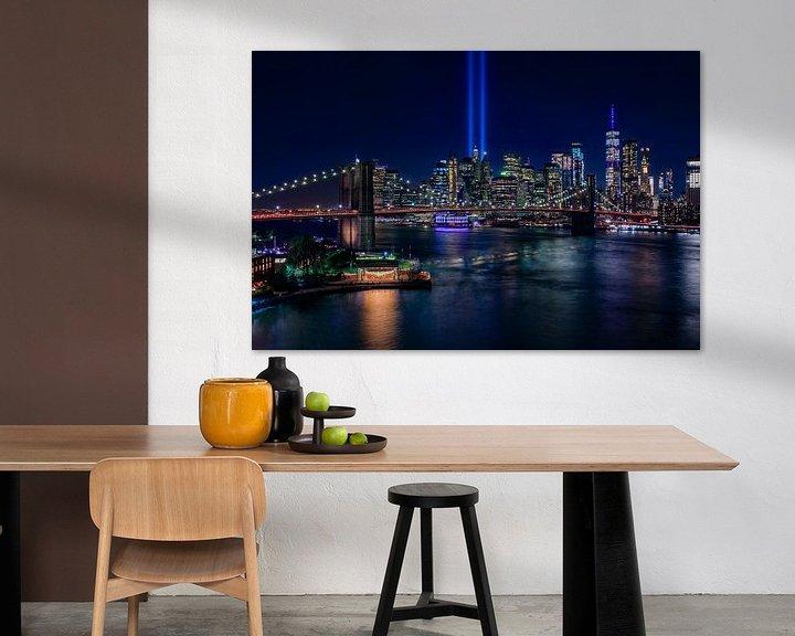Sfeerimpressie: New York City Skyline en Brooklyn Bridge - 9/11 Tribute in Light van Tux Photography
