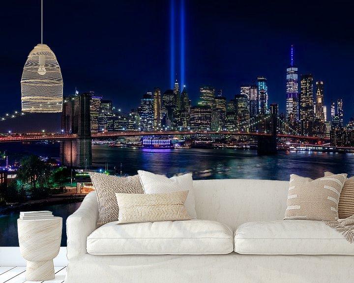 Sfeerimpressie behang: New York City Skyline en Brooklyn Bridge - 9/11 Tribute in Light van Tux Photography