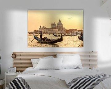 Gondola varen tijdens zonsondergang in Venetië