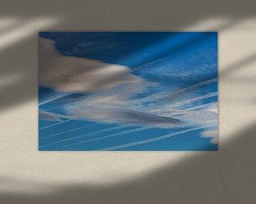 Wolkenlucht met condensstrepen van Harrie Muis