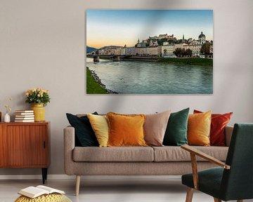 Zicht op Salzburg vanop de oever langs Salzach van Easycopters