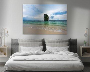 Rotsformatie voor het strand van Railay Beach, Krabi