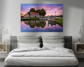 Dirksland Sas - Haus an der Schleuse bei Sonnenuntergang von Ellen van den Doel