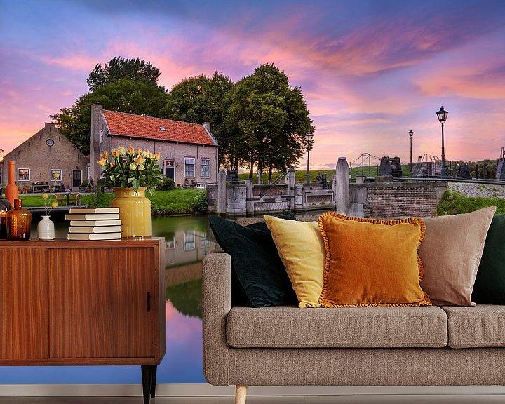 Sfeerimpressie behang: Dirksland Sas - Huis aan de sluis tijdens zonsondergang van Ellen van den Doel
