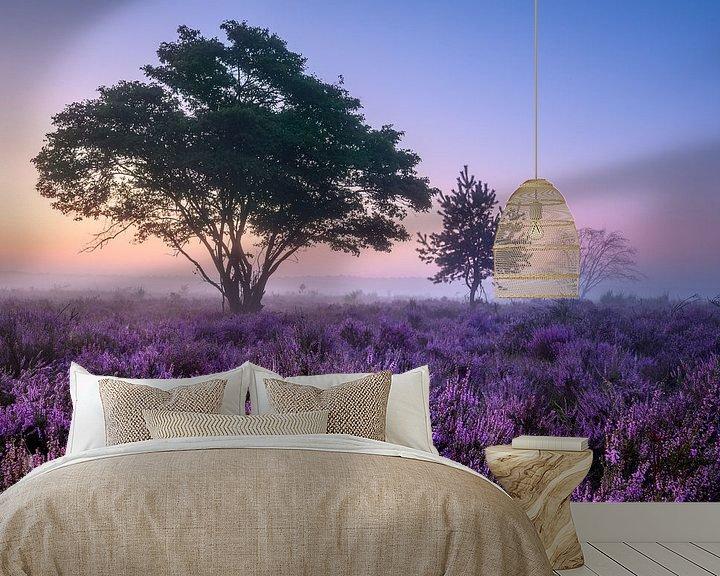 Sfeerimpressie behang: Bomen op de paarse heide van Ellen van den Doel