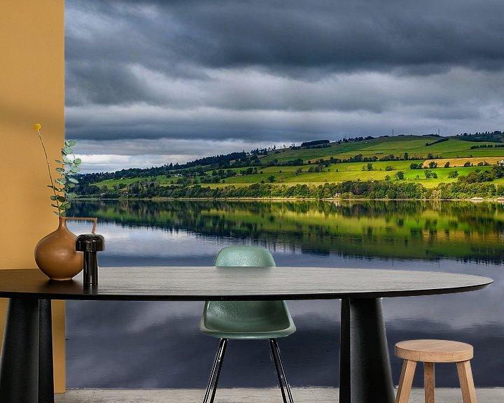 Sfeerimpressie behang: Uitzicht op heuvels vanaf Cromarty Bridge in Schotland. van Ellen van den Doel