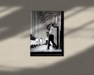 Paris, Cafe Marly im Louvre Museum. von heidi borgart