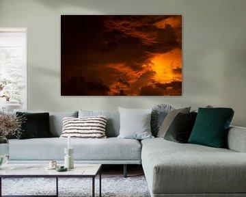 Vlammende wolkenlucht van Jan Tuns