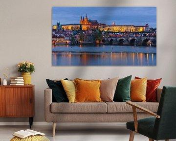 Prager Burg und Karlsbrücke bei Sonnenuntergang