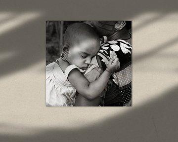 Meisje veilig in moeders armen van Affect Fotografie