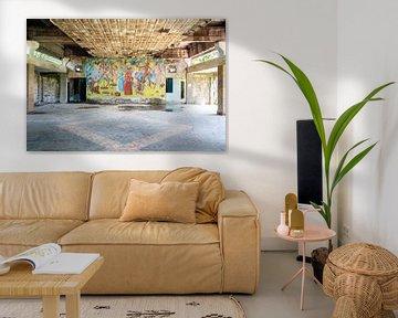 Verlassene Kunstwerke an der Wand. von Roman Robroek