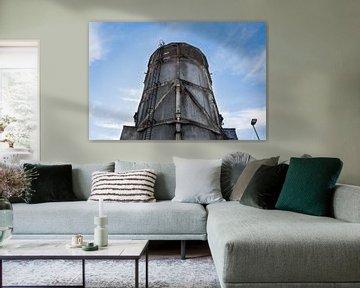 schöner alter industrieller Wasserturm vor einem sommerlich blauen Himmel von Patrick Verhoef