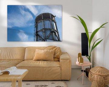 mooie oude industriele watertoren tegen een zomers blauwe lucht