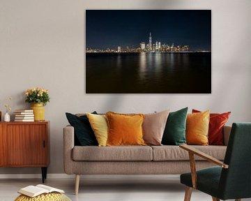New York City Skyline Schwarzes Wasser von Marieke Feenstra