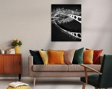 Brücke im Zentrum von Dokkum in schwarz-weiß von Harrie Muis