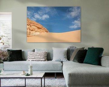 Blauwe lucht en een zandheuvel in de SinaÏ woestijn in Egypte. van Marjan Schmit Visser