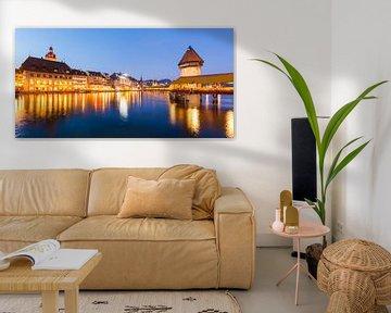 Luzern met de Kapellbrücke in de avonduren van Werner Dieterich