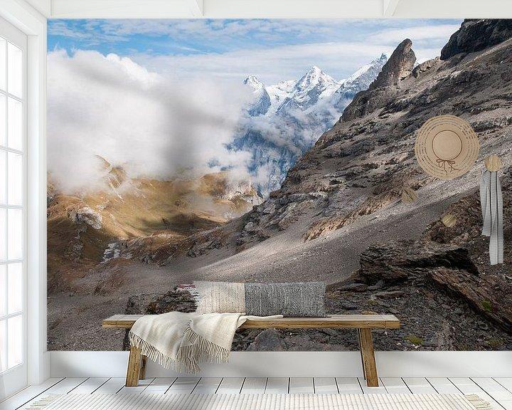 Sfeerimpressie behang: Jungfraumassief in de wolken van John Faber