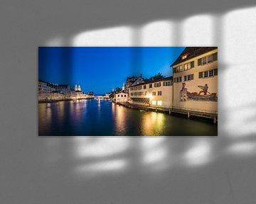 Altstadt mit Limmatquai und Schipfe in Zürich bei Nacht von Werner Dieterich