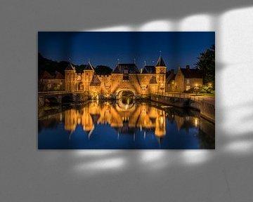 Koppelpoort (stadspoort) Amersfoort by night van Arthur Scheltes