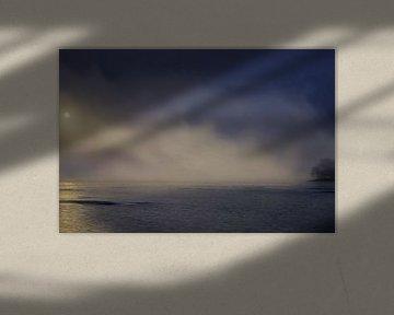 Brouillard au lever du soleil au-dessus du lac